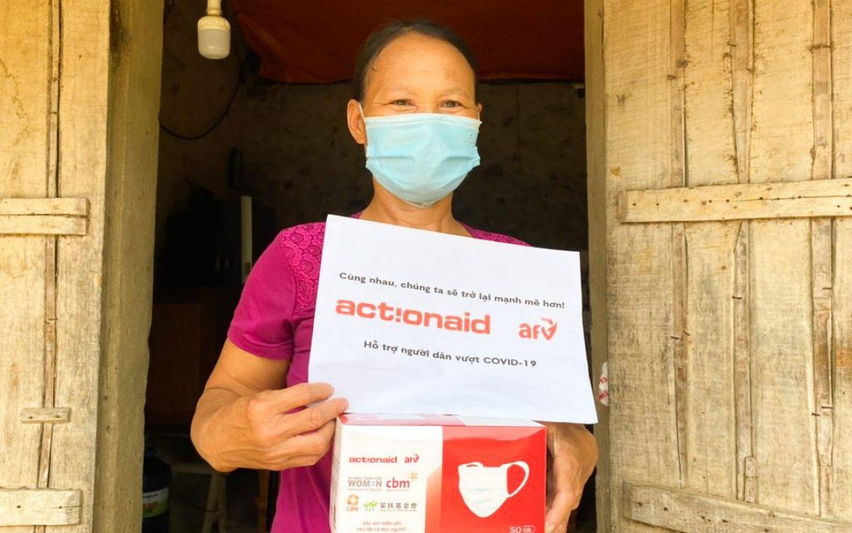 Bà Bùi Thị Thanh, Ninh Bình nhận quà tặng hỗ trợ khẩn cấp từ Tổ chức ActionAid Quốc tế tại Việt Nam (AAV) và Quỹ Hỗ trợ chương trình, dự án an sinh xã hội Việt Nam (AFV)